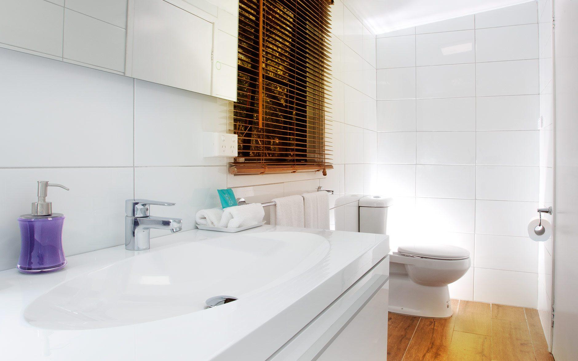Melaleuca Seaside Retreat - Paperbark Cottage Bathroom Vanity to Seat